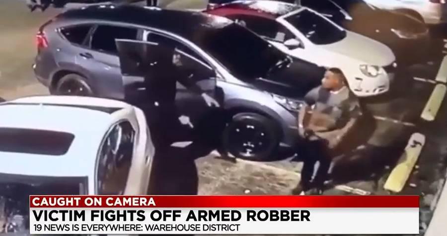 Снято на камеру: мужчина отбивается от вооруженного грабителя на парковке в центре Кливленда